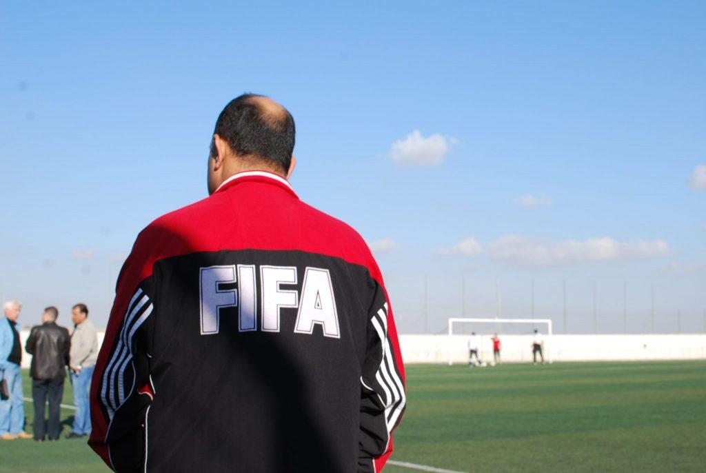 Rücken an Rücken mit den FIFA Schiedsrichtern. im Westjordanland