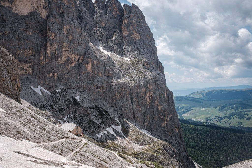 Vom Schneefeld in der Langkofelscharte in Blickrichtung Langkofelhütte und Seiser Alm.