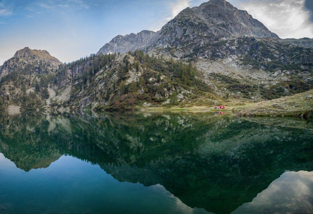 Am Lago Sottano della Sella. Zu erkennen ist unser rotes Tarp, unter dem wir geschlafen haben.
