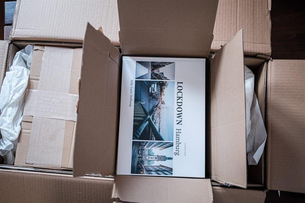 Am späten Vormittag des 21.12. ist es soweit: UPS hat 100 Bildbände geliefert. Sind ja nur 75 Kilogramm Liefermasse ....