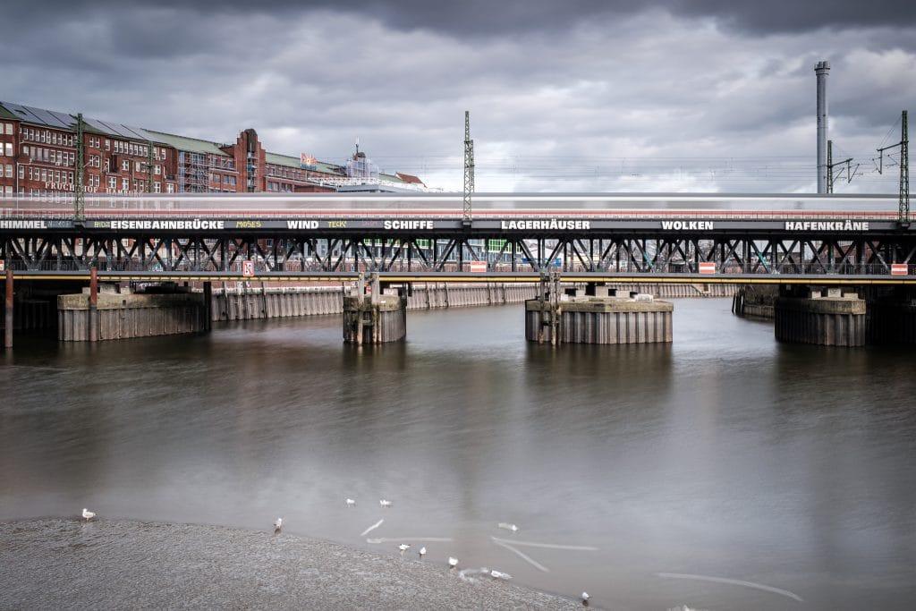 """10 Sekunden belichtet am helllichten Tag - dank des Nisi Filtersystems. Deswegen steht der ICE auf der Brücke nicht, sondern """"fließt"""". Auch am Himmel und vor allem am Wasser ist der Effekt der Langzeitbelichtung gut zu erkennen."""