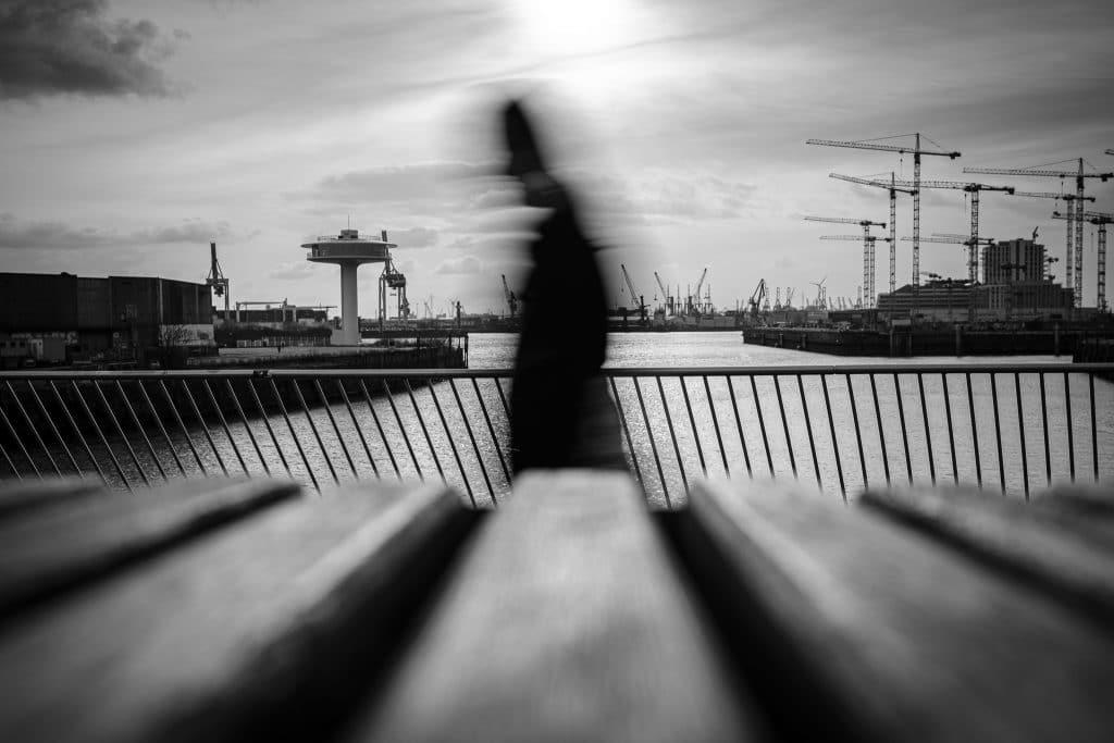 Ist das Street Photography? ;) - Eine verschwommener Passant mit einer längeren Belichtungszeit direkt ins Gegenlicht. Nur möglich dank der Nisi Filter für Fuji.