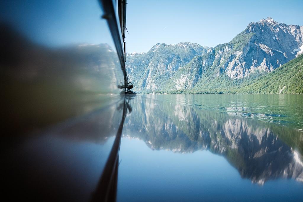 So sieht Bootfahren auf dem Königssee aus. Im Hintergrund St. Bartholomä.
