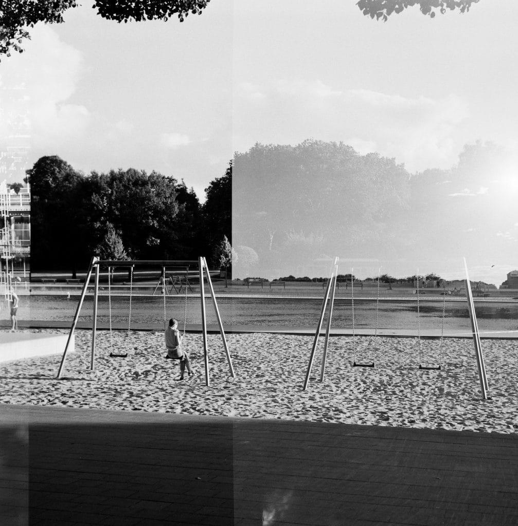 Die Schaukel am Planschbecken im Hamburger Stadtpark